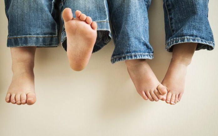 #pracegover Na foto, detalhe dos pés de crianças