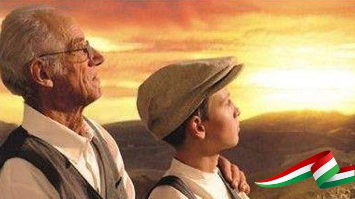#Pracegover Foto: na imagem há um idoso e um jovem