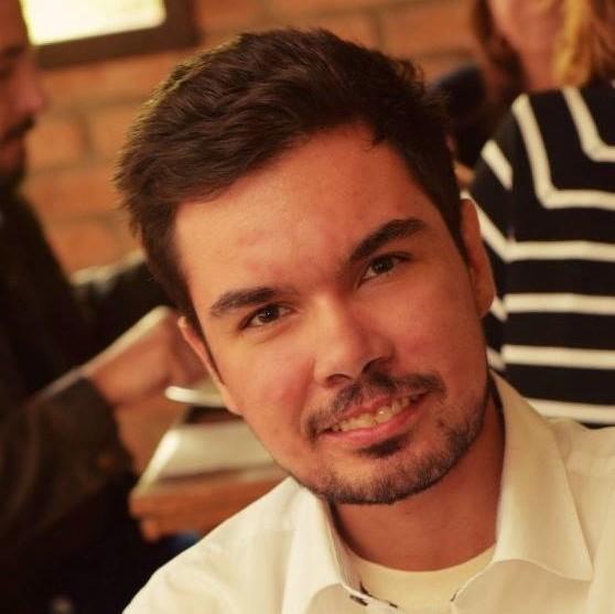 #Pracegover Foto: na imagem há um homem com camisa social clara