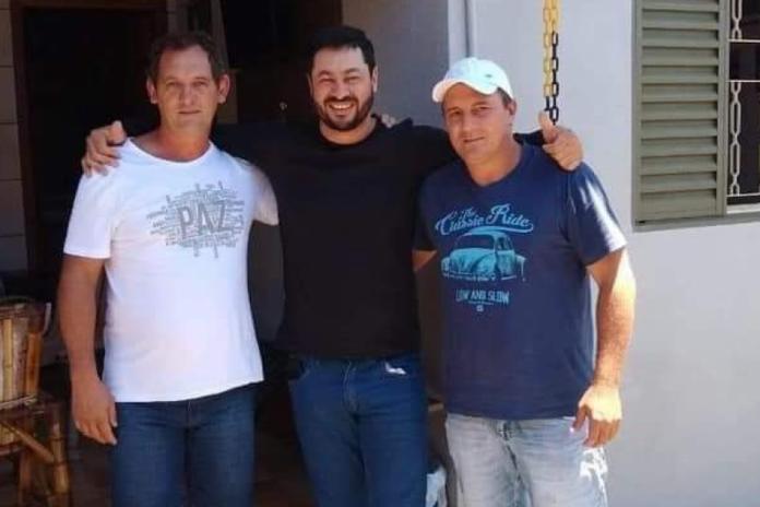#Pracegover Foto: na imagem há três homens