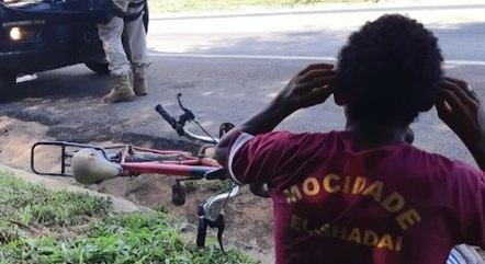 #Pracegover Foto: na imagem há duas pessoas, um veículo, uma bicicleta e uma rodovia