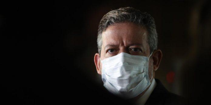 #Pracegover Foto: na imagem há um homem com máscara