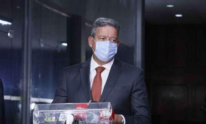 #Pracgover Foto: na imagem há um homem de máscara e terno