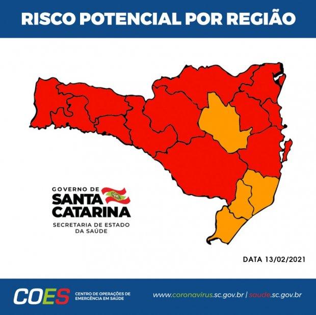 #pracegover Na foto, mapa de Santa Catarina demarcado comas regiões de risco para Covid-19