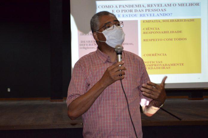 #Pracegover Foto: na imagem há um homem de máscara e com o microfone na mão