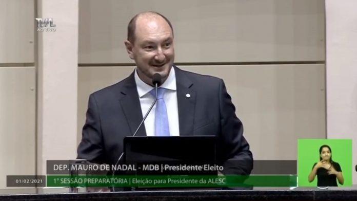 #Pracegover Na foto, a imagem do deputado Mauro de Nadal durante discurso após ser eleito