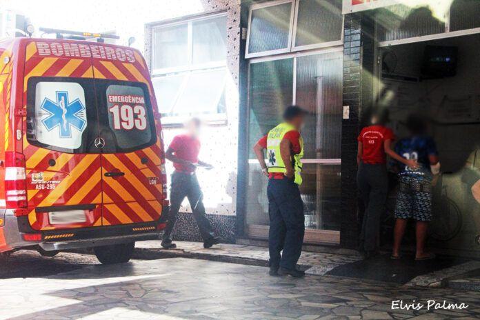 #pracegover Na foto, Bombeiros na porta do hospital ao chegar com a criança