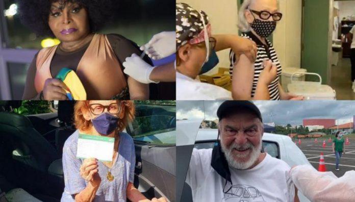 #Pracegover Foto: na imagem há quatro idosos, um homem e três mulheres. Duas mulheres estão sendo vacinadas por enfermeiras