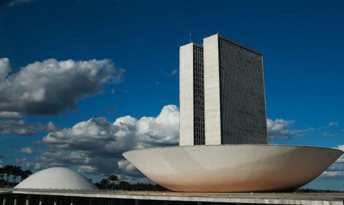 #Pracegover Foto: A cúpula menor, voltada para baixo, abriga o Plenário do Senado Federal. A cúpula maior, voltada para cima, abriga o Plenário da Câmara dos Deputados