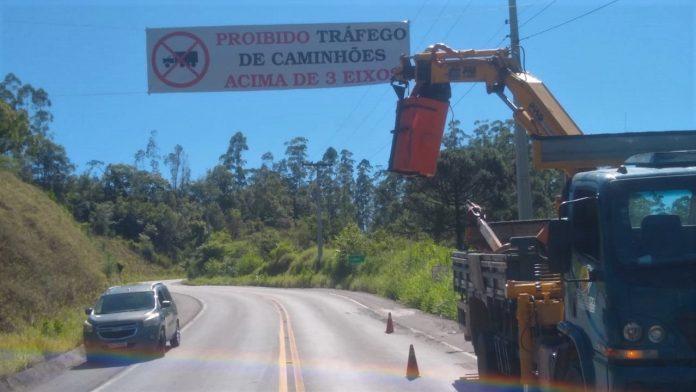 #Pracegover Na foto, a faixa colocada sobre a rodovia