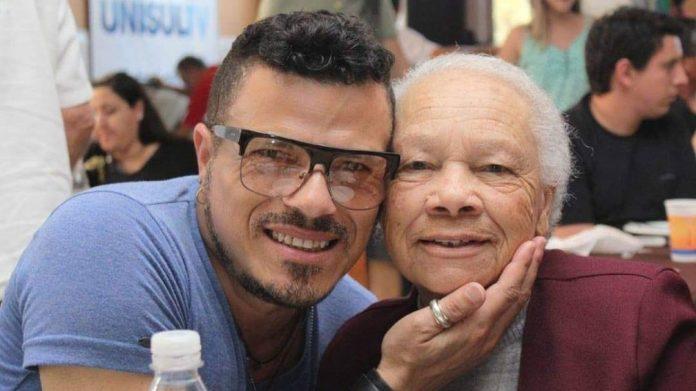 #Pracegover Na foto, Joãozinho aparece com o rosto colado ao da mãe e o dois estão sorrindo