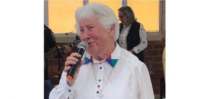 #pracegover Na foto, Irmã Johanna aparece falando em um microfone