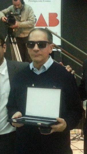 #Pracegover Na foto, Dr. Eduardo Mussi segurando uma placa durante homenagem que recebeu da OAB em 2013