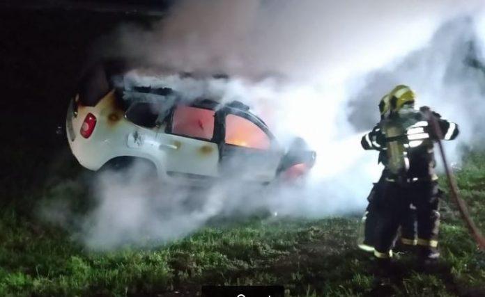 #Pracegover Foto: na imagem há um carro, gramado e bombeiro
