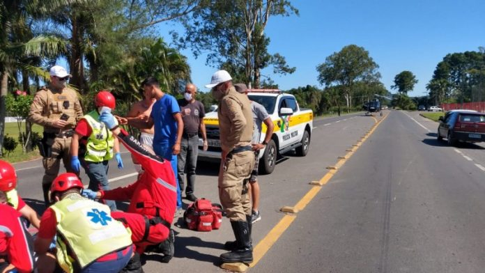 #Pracegover Foto: na imagem há viaturas, policiais, bombeiros, uma pessoa no chão e uma via