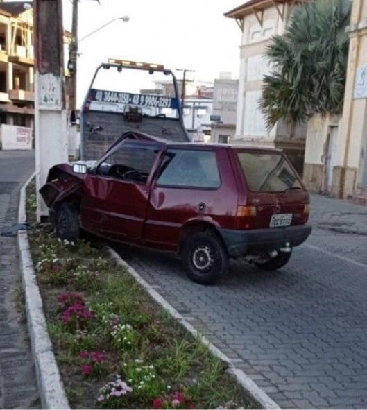 #pracegover Na foto, um veículo destruído após colidir em um poste