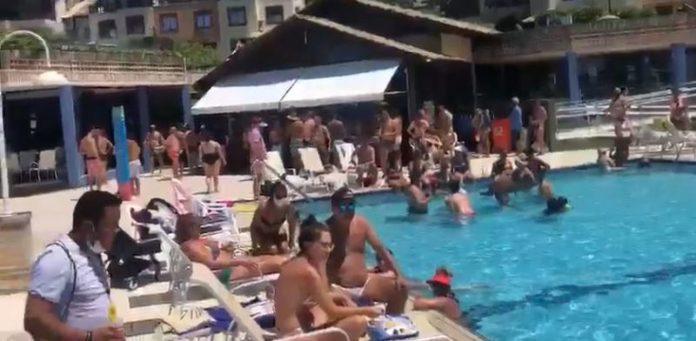 #pracegover Na foto, pessoas aglomeradas em piscina de hotel