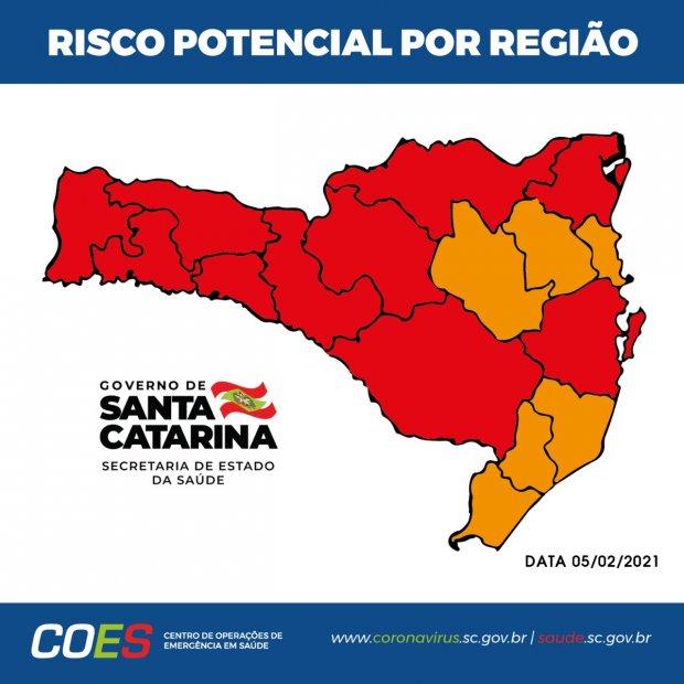 #Pracegover Foto: na imagem há o mapa de SC com áreas em vermelho e laranja
