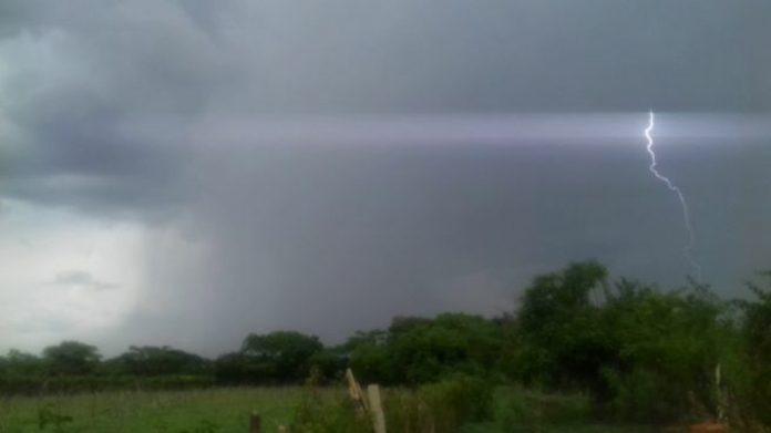 #Pracegover Na foto, nuvens carregadas e raio anunciam a chegada de um temporal