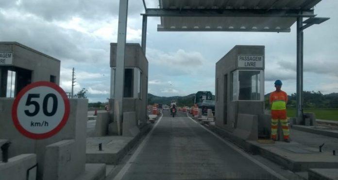 #Pracegover Foto: na imagem há uma construção , um homem e uma rodovia