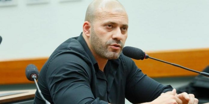 #Pracegover Na foto, Deputado Daniel Silveira aparece falando em um microfone