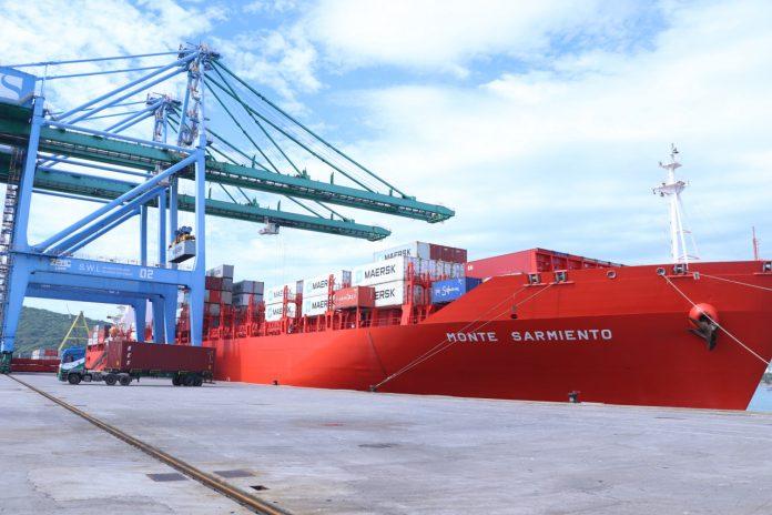 #Pracegover Foto: na imagem há um navio e cargas