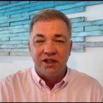 #pracegover Na foto, Gean Loureiro durante reunião virtual direto do hotel no México