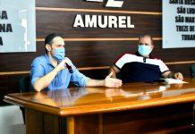 #Pracegover Na foto, o diretor da Fundação de Saúde de Tubarão e o prefeito de Pescaria Brava, Deyvisonn da Silva de Souza