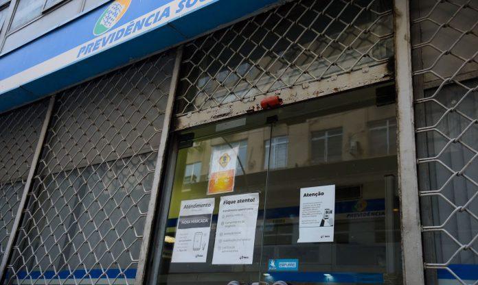 #Pracegover Foto: na imagem há um edifício com grades