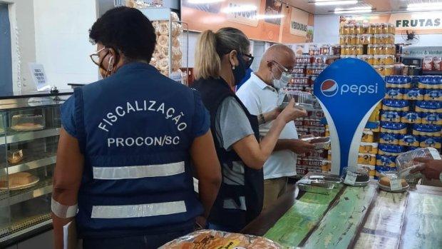 #Pracegover Na foto, Fiscais do Procon em um estabelecimento