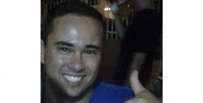 #Pracegover Na foto, Rodrigo aparece com sorriso e acenando