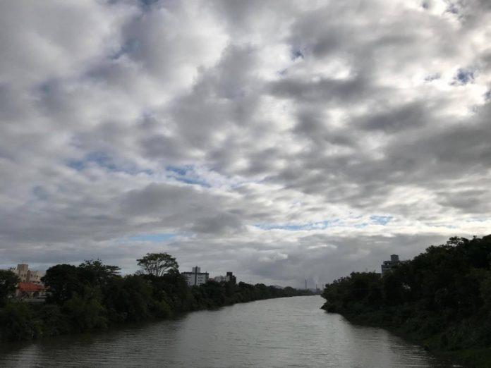 #pracegover Na foto, o Rio Tubarão sob o céu parcialmente coberto de nuvens