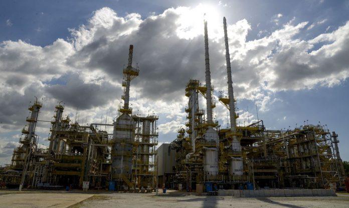 #Pracegover Foto: na imagem há uma refinaria