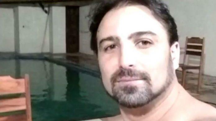#Pracegover Foto: na imagem há um homem, uma piscina e duas cadeiras