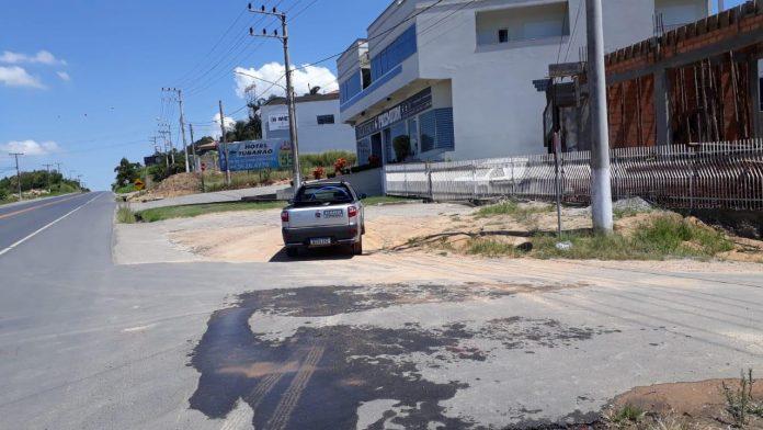 #Pracegover Foto: na imagem há uma rodovia, edifícios e um carro