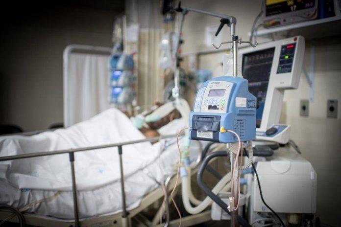 #pracegover Na foto, paciente entubado em um leito de UTI