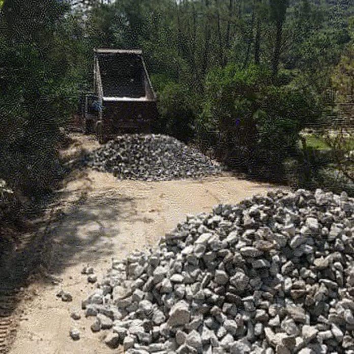 #Pracegover Foto: na imagem há pedras , caminhão e árvores
