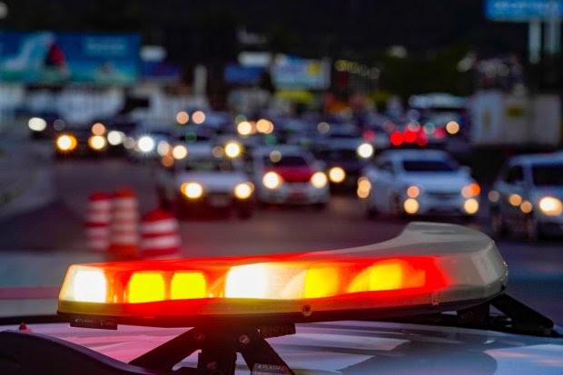 #Pracegover Foto: na imagem há a sirene de uma viatura policial e vários carros