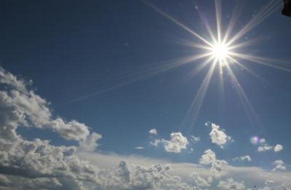 #Pracegover Na foto, céu claro com a presença de sol e poucas nuvens
