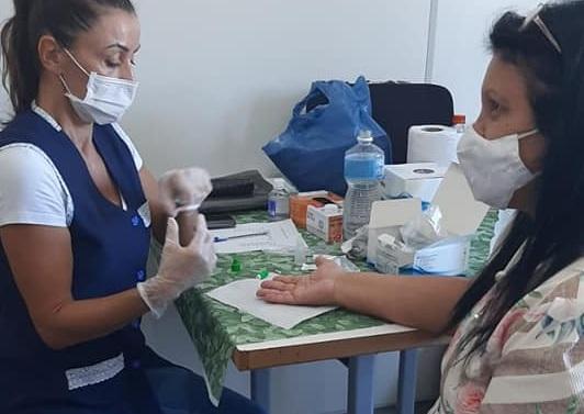 #Pracegover Foto: na imagem há duas mulheres e inúmeros materiais de enfermagem