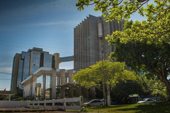 #Pracegover Foto: na imagem há edifícios, carros e árvores