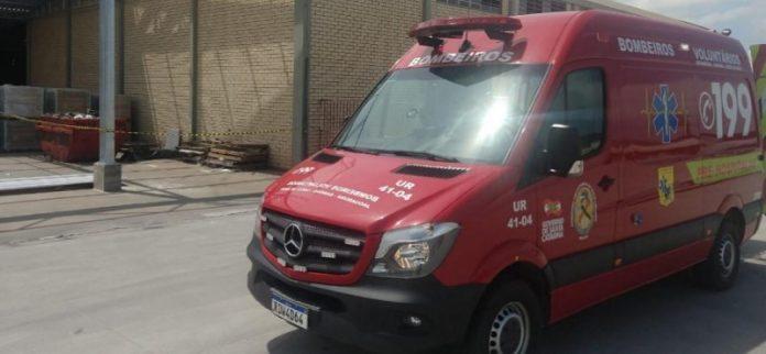 #Pracegover Foto: na imagem há uma ambulância do Corpo de Bombeiros