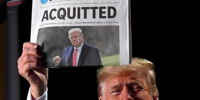 #Pracegover Foto: na imagem há um homem segurando um jornal