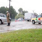 #pracegover Na foto, policiais fazendo fiscalização na entrada de Garopaba