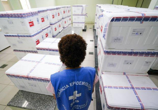 #Pracegover Foto: na imagem há uma mulher de costas e caixas