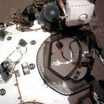 #Pracegover Imagem da sonda no solo do planeta marte
