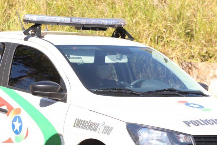 #Pracegover Foto: na imagem há a viatura da policia militar