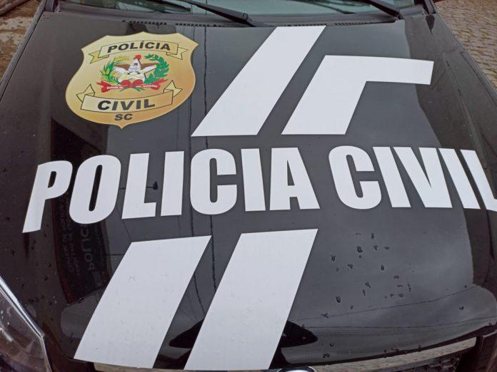 #Pracegover Foto: na imagem há uma viatura da polícia civil na cor preta