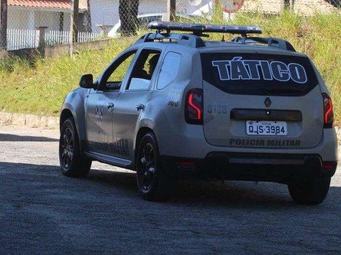 #Pracegover Foto: na imagem há uma viatura da polícia militar