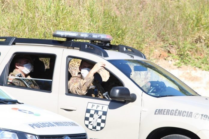 #Pracegover Foto: na imagem há uma viatura militar e quatro profissionais de segurança pública